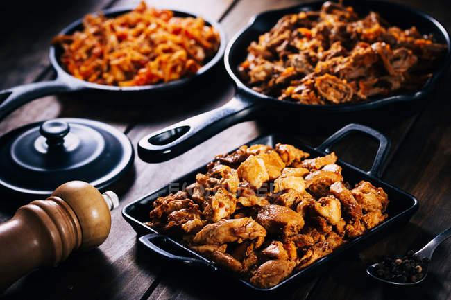 Nature morte de plats savoureux dans des poêles à frire — Photo de stock