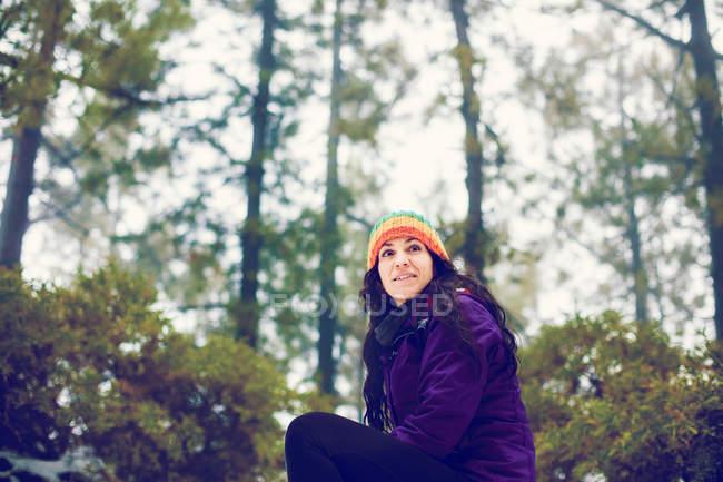 Mulher morena em roupas de inverno, posando em floresta — Fotografia de Stock