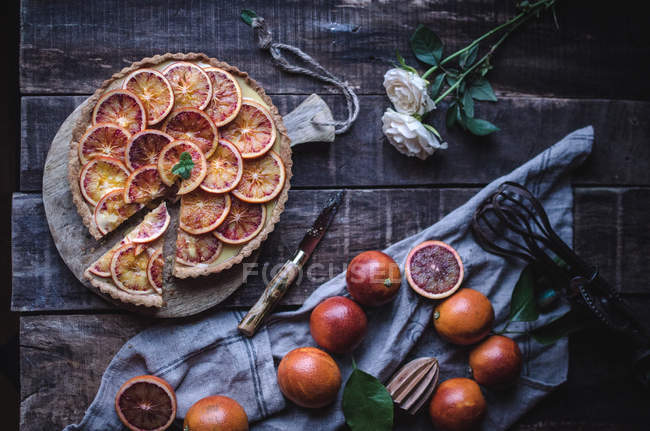 Diretamente acima vista da saborosa torta com laranjas vermelhas — Fotografia de Stock