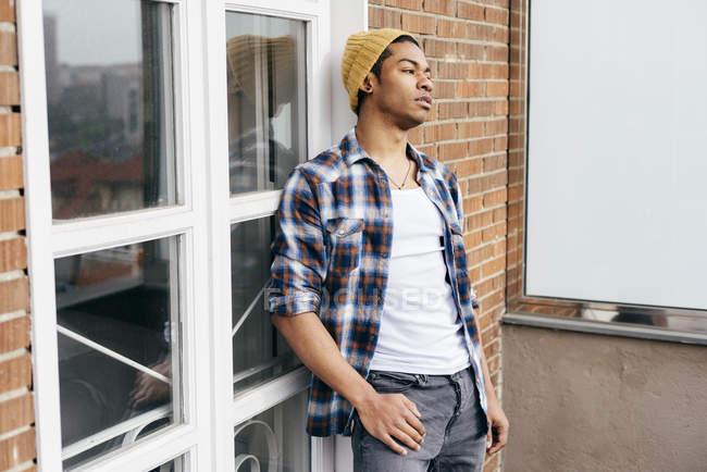 Nachdenklicher Mann im karierten Hemd posiert auf Balkon — Stockfoto
