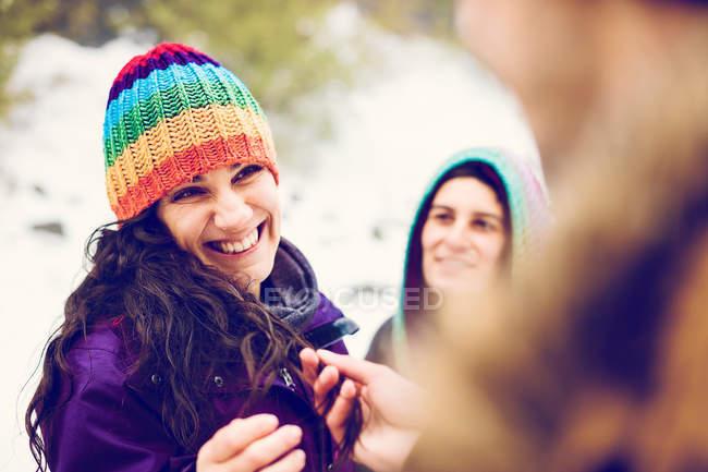 Amigos pasarla al aire libre en el bosque de invierno - foto de stock