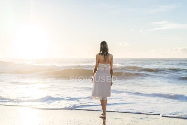 Девушка на живописном береге моря