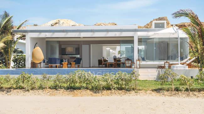 Vista exterior de la grande villa moderna con piscina en día soleado - foto de stock