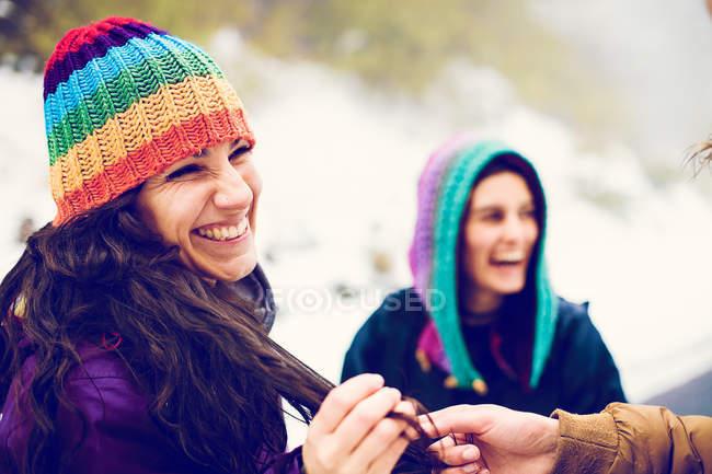 Mão masculina de colheita mantendo bloqueios de cabelo de mulher é na natureza — Fotografia de Stock