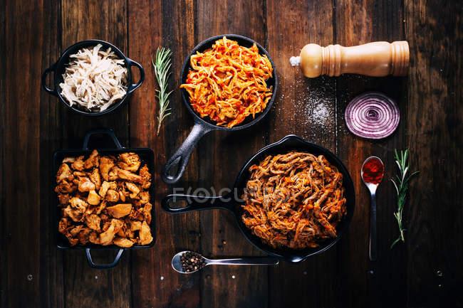 Безпосередньо вище подання смачних страв у смаження сковорідки — стокове фото