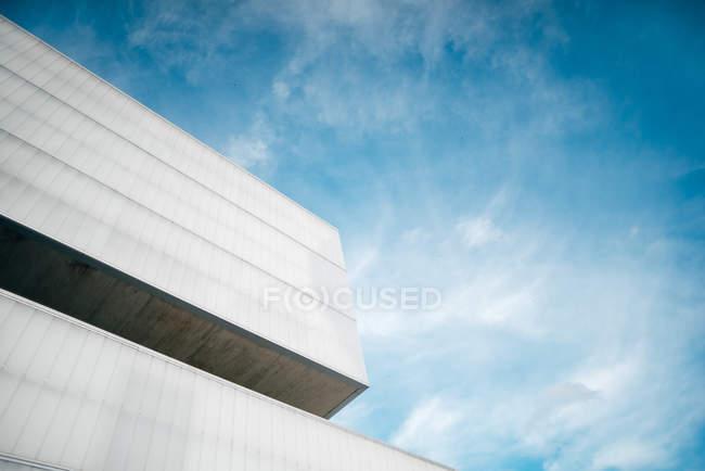 Von unten Ecke des modernen Betongebäudes gegen blauen Himmel — Stockfoto