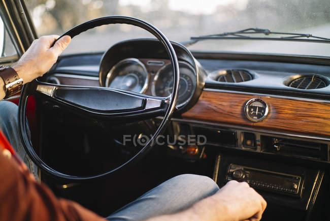 Mão macho de colheita no volante do carro retro . — Fotografia de Stock