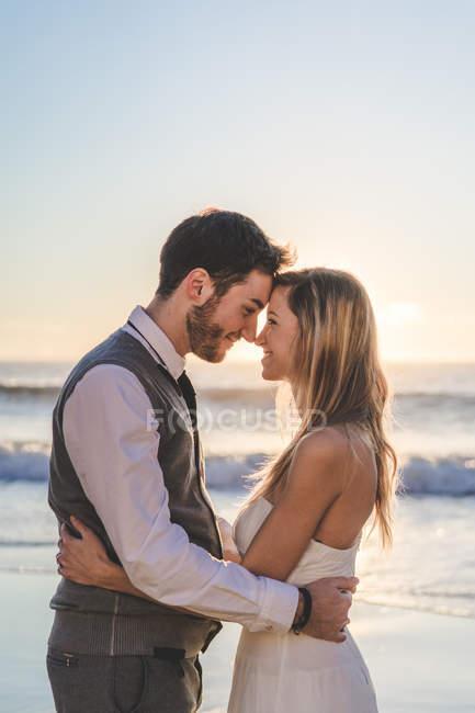 Нежная супружеская пара позирует лицом к лицу при солнечном свете — стоковое фото