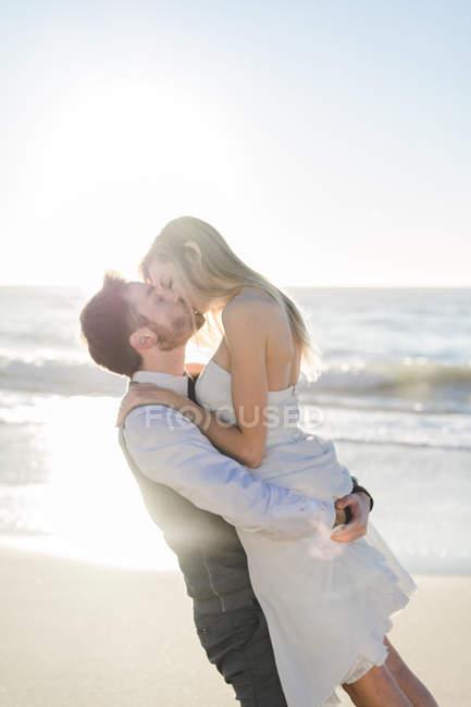 Весільний пара цілуються на пляжі з пристрастю — стокове фото