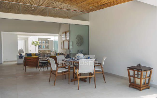 Tabla vacía con sillas en la habitación de la villa moderna - foto de stock