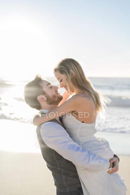 Счастливая супружеская пара обнимается лицом к лицу на морском дне — стоковое фото