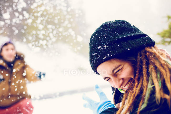 Sorriso escondido de mulher de bola de neve no exterior — Fotografia de Stock
