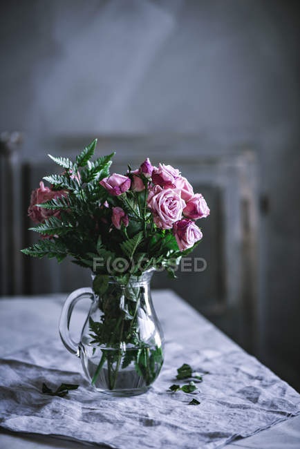 Bunch of pink roses on table — Stock Photo