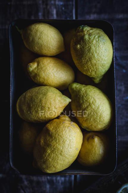 Прямо над зору стиглі лимонів на дерев'яні таблиці — стокове фото