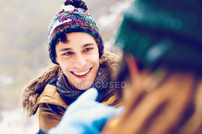 Homem alegre olhando mulher exteriores de inverno — Fotografia de Stock