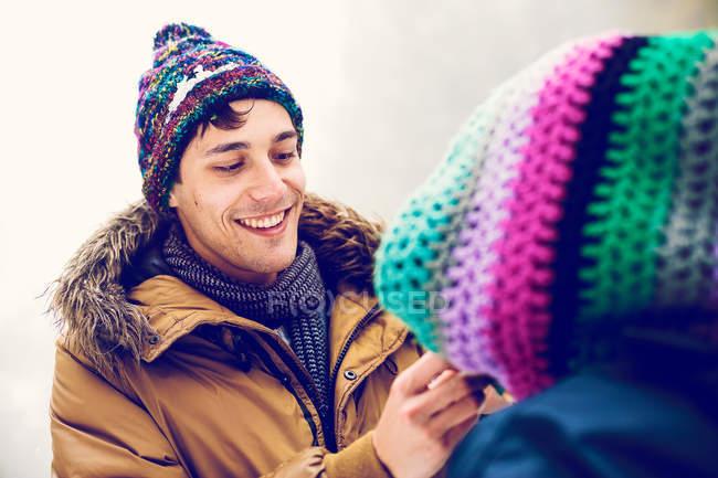 Homem alegre olhando para mulher de ar livre de inverno — Fotografia de Stock