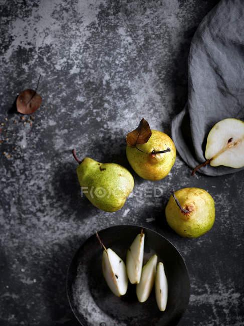 Stillleben mit frischen und süßen Birnen auf Tisch — Stockfoto