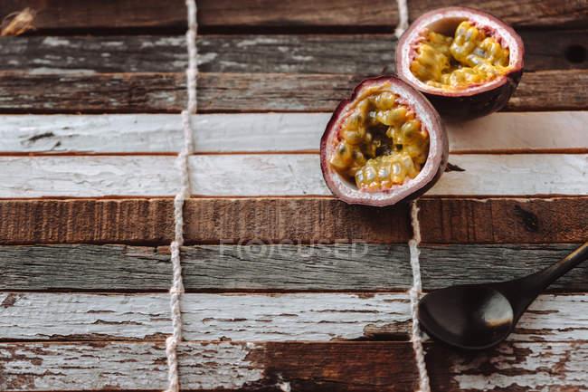 Stillleben mit Passionsfrucht auf hölzernen Hintergrund — Stockfoto