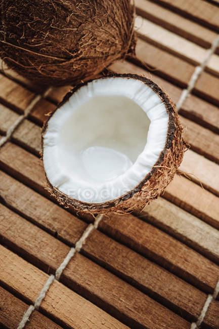 Натюрморт половинки кокоса — стоковое фото