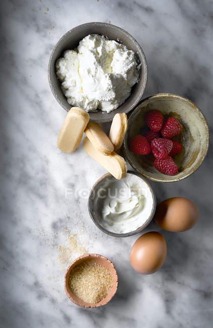 Vista superiore di ingredienti cheesecake sul tavolo — Foto stock