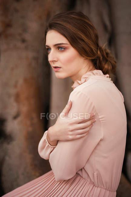 Bruna donna che si abbraccia e distoglie lo sguardo — Foto stock