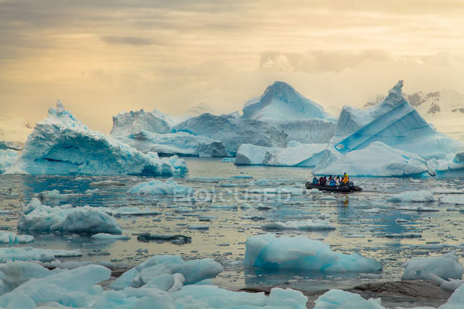 Inflatable boat amid of antarctica wild nature landscape — Stock Photo