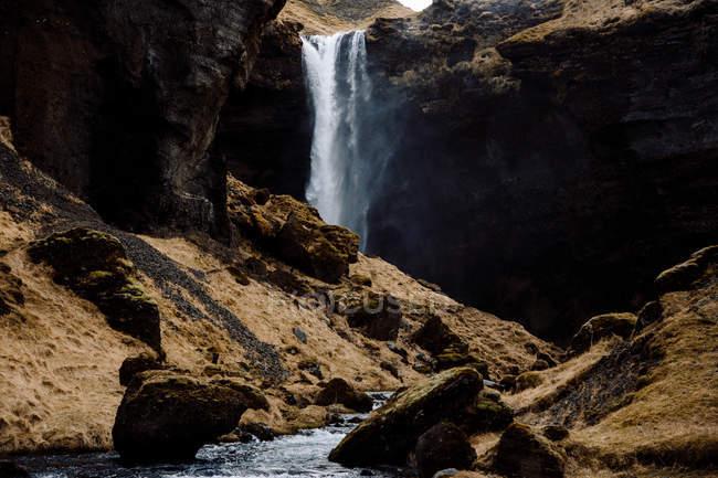 Cascata che scorre nelle rocce — Foto stock