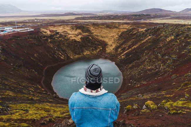 Homme regardant petit lac — Photo de stock