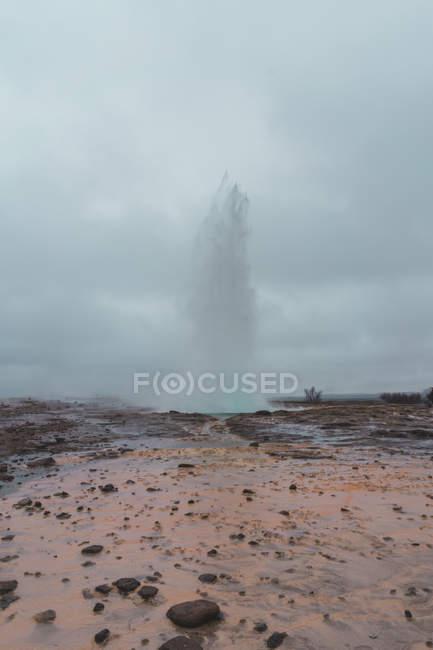 Розривні потужний гейзер — стокове фото