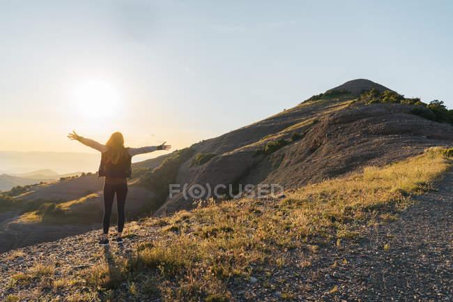 Femme debout à la montagne El Montcau — Photo de stock