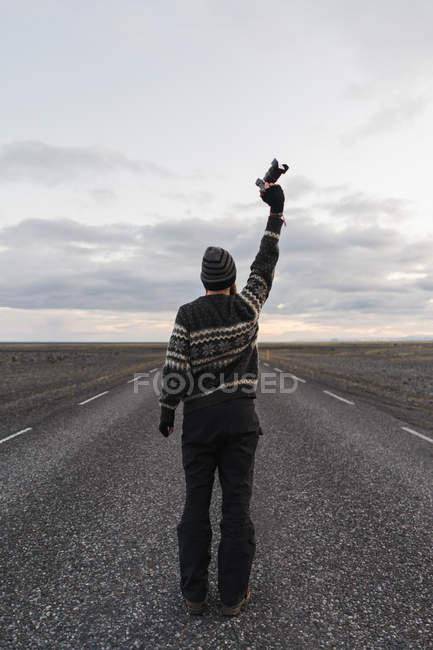 Человек, держащий камеру над головой — стоковое фото