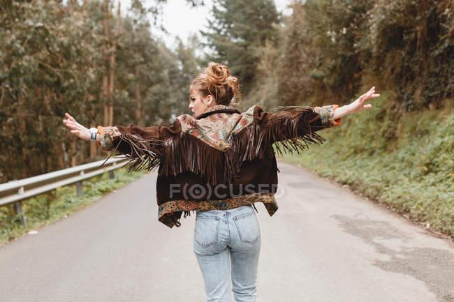 Stilvolle Frau, die zu Fuß unterwegs in der Natur — Stockfoto