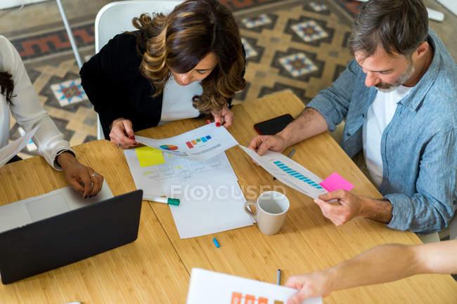 Geschäftsleute und Dokumente unter Berücksichtigung — Stockfoto