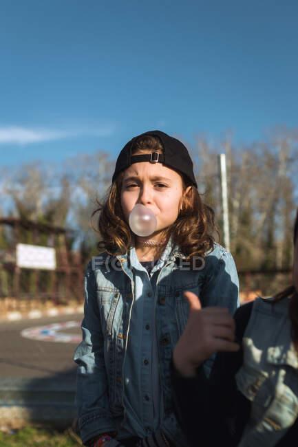 Naughty girl making gum bubble — Stock Photo