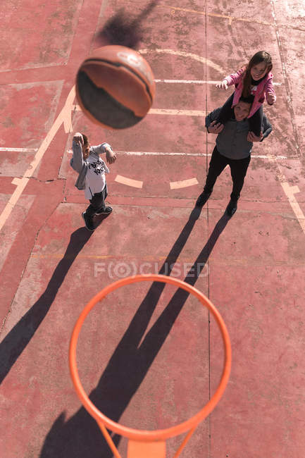 Father playing basketball with children — Stock Photo