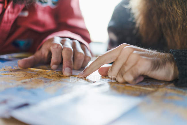 Männliche Hände auf Karte zeigen — Stockfoto