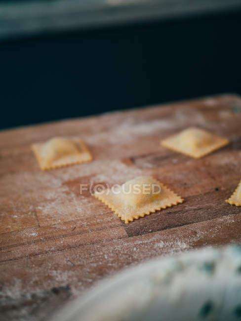 Ravioli di crudi su tavola di legno — Foto stock