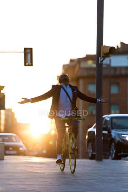 Бизнесмен езда велосипедов без рук — стоковое фото