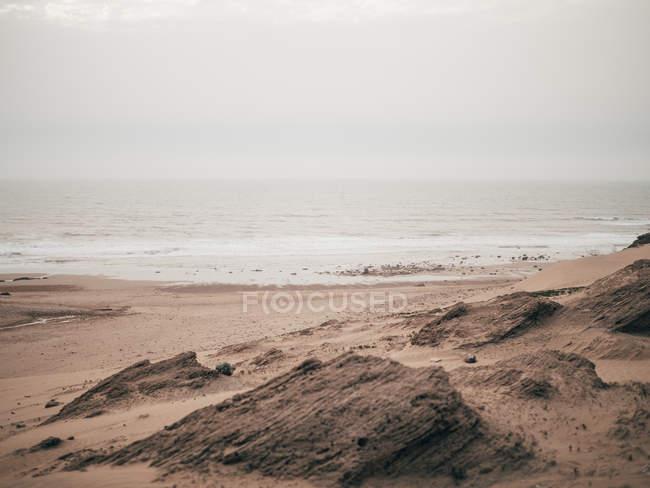 Спокойный океан в облачности — стоковое фото
