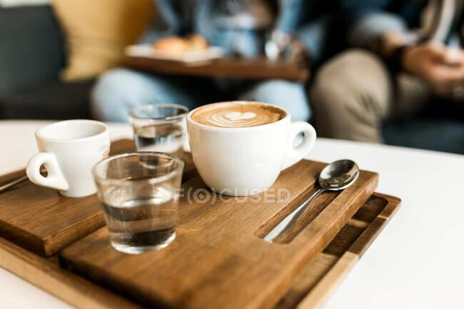 De arriba tazas de café y croissant servidos en una mesa. - foto de stock