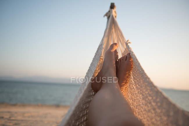 Female legs lying in hammock — Stockfoto