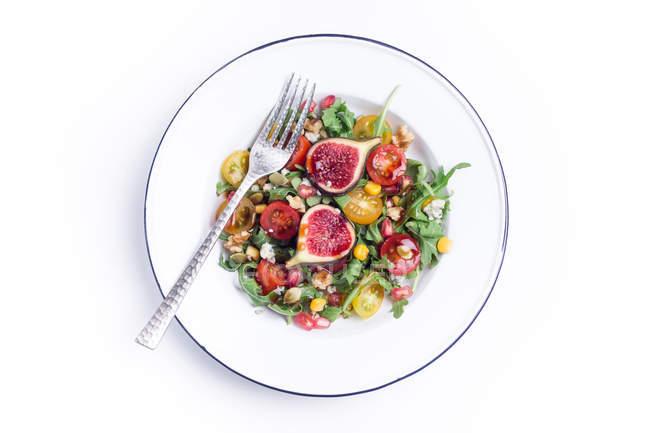 Овочевий салат гарнір з інжиром — стокове фото
