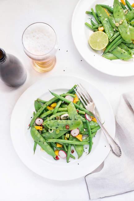 Свіжий горох стручки салат — стокове фото