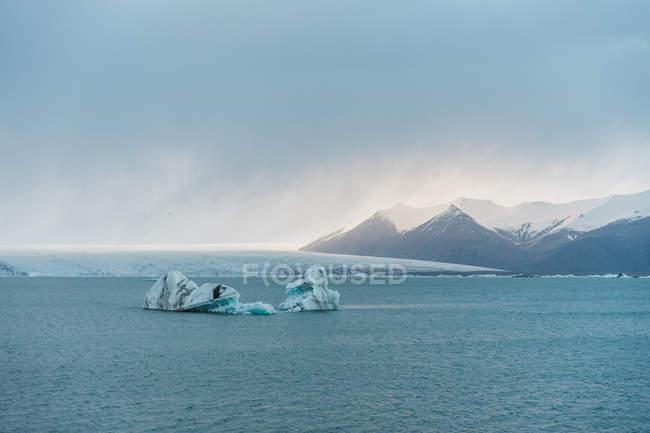 Lago de montanha com cubos de gelo — Fotografia de Stock