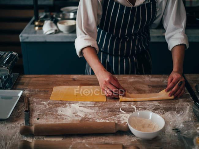 Кук, Изготовление макарон — стоковое фото