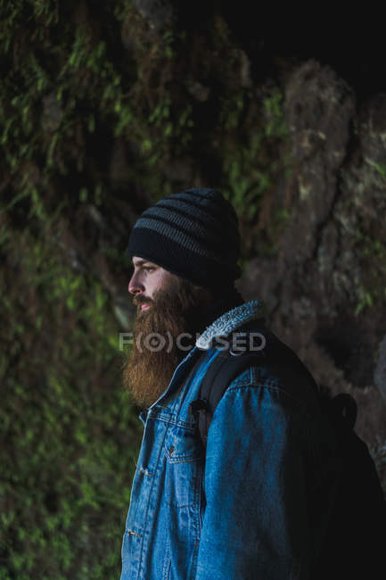Bärtiger Mann schaut weg — Stockfoto
