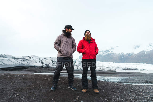 Men standing in mountainous landscape — Stock Photo