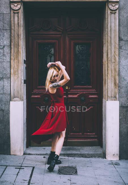Mulher de pé na frente do portão velho — Fotografia de Stock