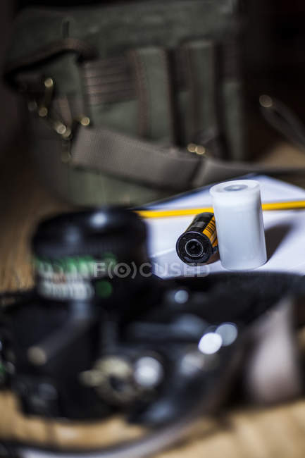 Câmera analógica na mesa de madeira — Fotografia de Stock
