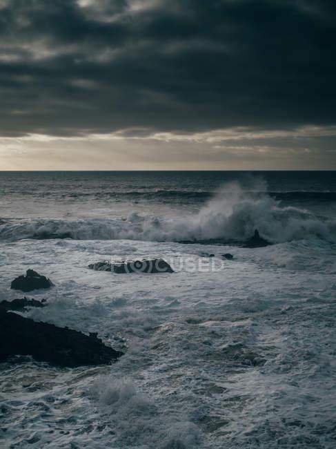 Stürmischer Ozean unter bewölktem Himmel — Stockfoto